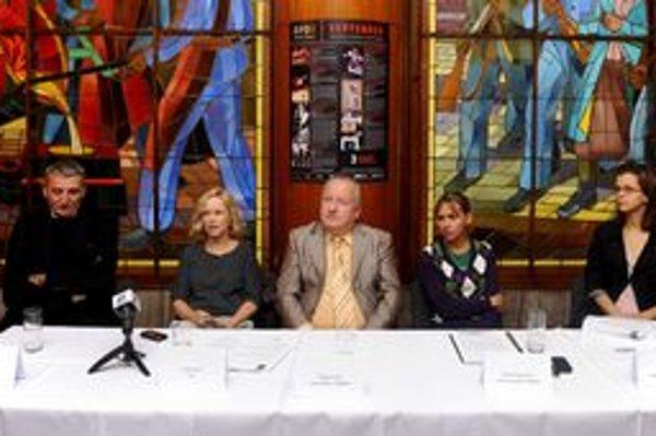 S nápadom uviesť hry slávneho filmára prišla herečka Michaela Čobejová. Na fotografii z tlačovej konferencie divadla sedí vľavo vedľa herca Martina Hubu.