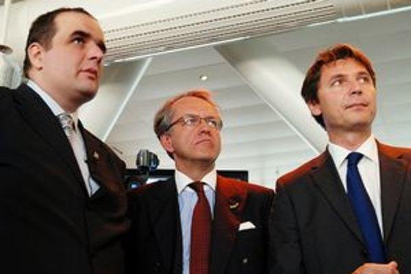 Ivo Nesrovnal (na snímke vpravo) nevysvetlil, prečo sporné uznesenia s víťazmi predložil. (Vľavo župan Pavol Frešo, ktorého je Nesrovnal zástupcom.)