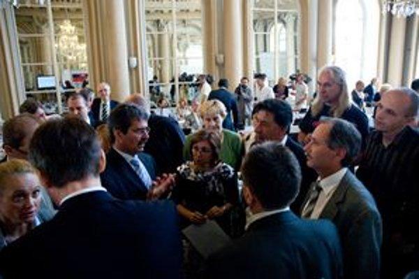 Konkurzy, ktoré prišli po tom, čo si strany podelili šéfov mestských podnikov, rozhádali poslancov.