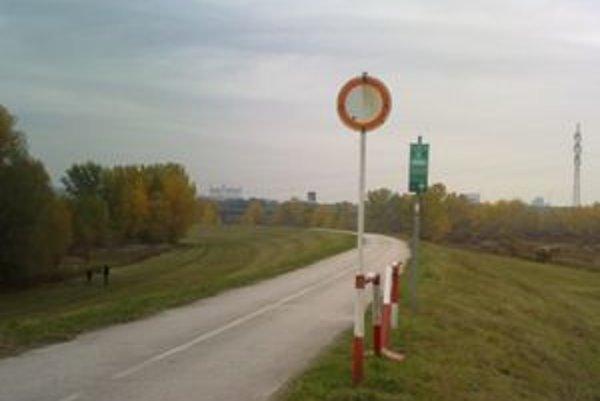 Zákaz vjazdu všetkým vozidlám tesne pred orientačnými značkami pre cyklistov víta cyklistov z Rakúska niekoľko metrov za hranicami.