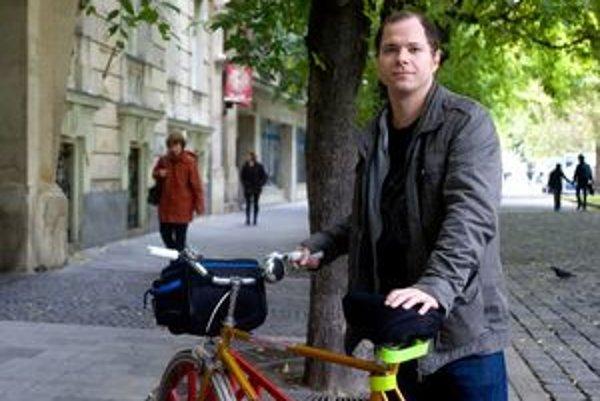 DANIEL DURIŠ (1980) je predseda občianskeho združenia Cyklokoalícia, ktoré v Bratislave pracuje na rozvoji cyklistickej dopravy. Vyštudoval politológiu, ale pracuje ako konzultant pre online marketing. V Bratislave žije od roku 1998.