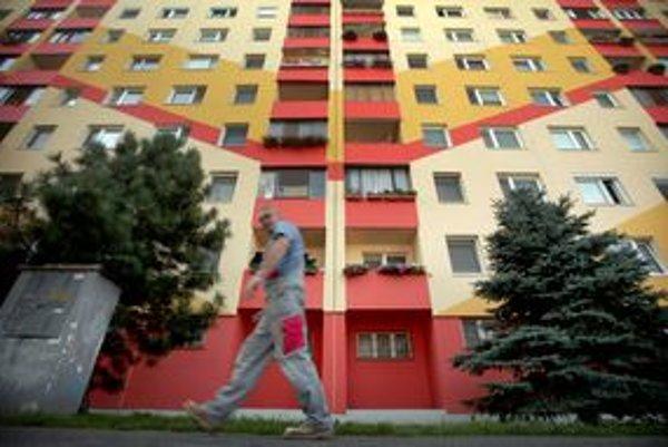 V bludisku sivých bytoviek svietia nové zateplené. Majitelia občas experimentujú.
