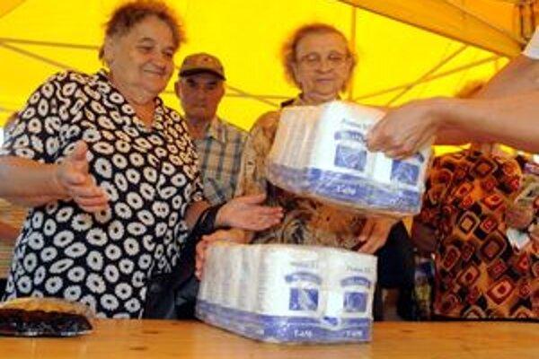 Potravinová pomoc. Do Janovej Lehoty si ju doviezli sami, do Žiaru nad Hronom zatiaľ nedorazila.