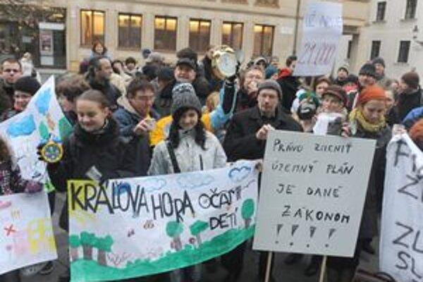 Pod najväčší protest proti výstavbe v hlavnom meste sa podpísalo 21-tisíc ľudí. Ľudia proti zámeru stavať na chránenej lúke nad Dlhými dielmi protestovali vo štvrtok pred Primaciálnym palácom.
