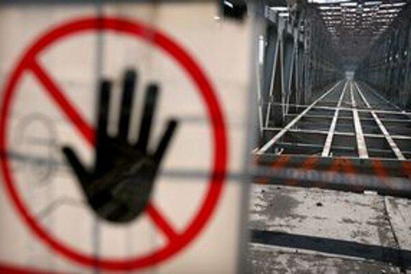 Podľa návrhu rozpočtu má ísť 32 percent výdavkov na dopravu. Starý most je dnes zatvorený, prejsť po ňom môžu len peší, na projekt električky do Petržalky žiada mesto podporu eurofondov.