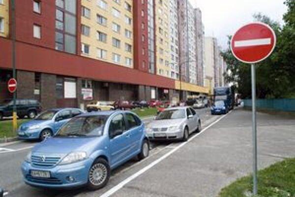 Petržalčania sa na problémy s parkovaním sťažujú denne.