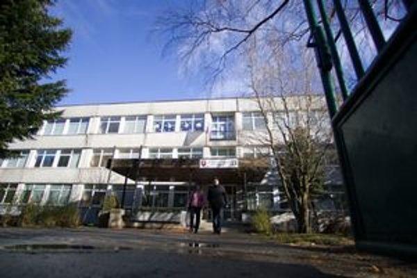 Základná škola na Nejedlého v bratislavskej Dúbravke. Miestny úrad uvažoval o zrušení.
