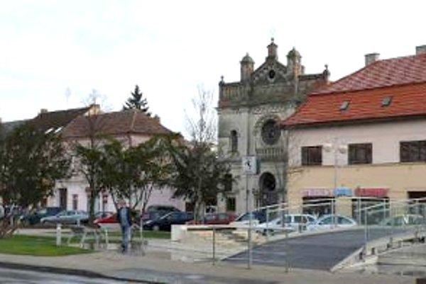 Podľa podžupanky Gabrielly Németh, ktorá je zároveň poslankyňou v seneckom zastupiteľstve, je vytvorenie Podunajskej galérie v prioritách, ktoré schválili všetci poslanci.
