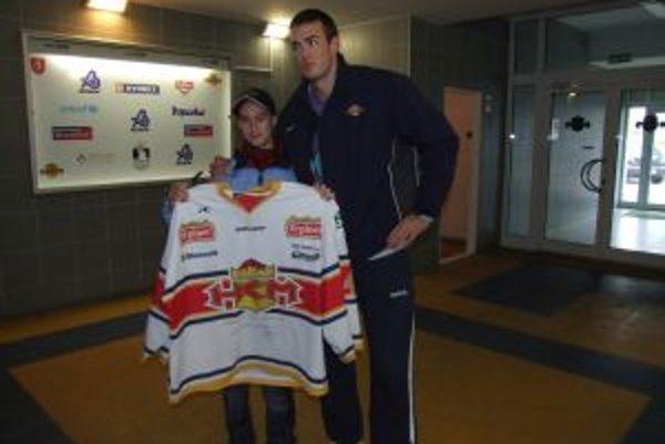 Veronika s Lukášom Škrečkom, ktorý jej daroval svoj dres.