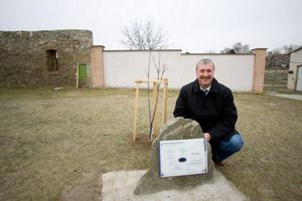 Rakúska dedina Wolfsthal víta Slovákov, ktorí sa do nej sťahujú najmä z Bratislavy. Starosta GERHARD SCHÖDINGER (na fotografii) pri ocenení za rozvoj cezhraničnej spolupráce, ktoré získal Wolfsthal tento november.