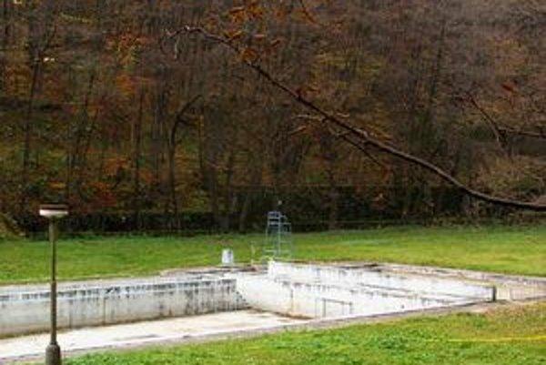 Zničený bazén dnes.