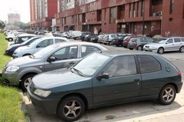Petržalské parkoviská sú plné.