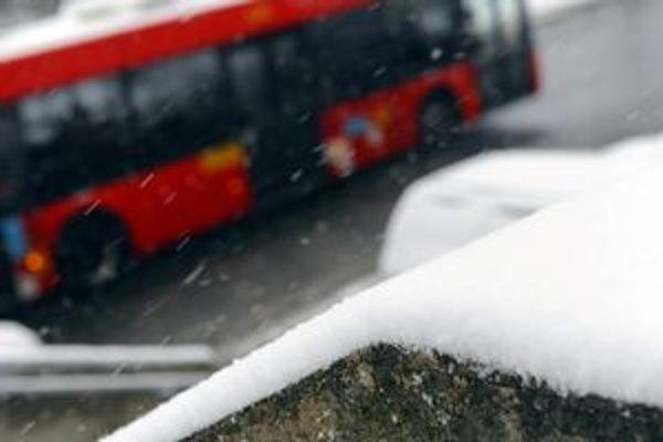 MHD dnes pribrzdilo sneženie. Spoje meškali.