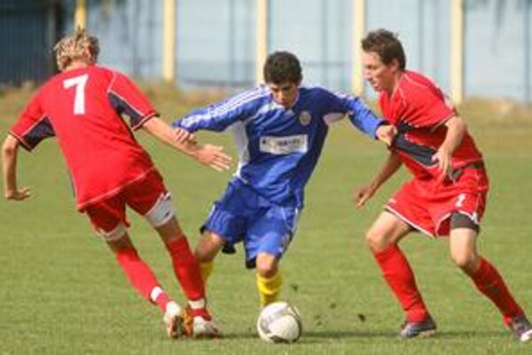 Hráči FC Ružinov (v modrom) nastúpia v 15. kole III. futbalovej ligy proti tretiemu Plaveckému Štvrtku.