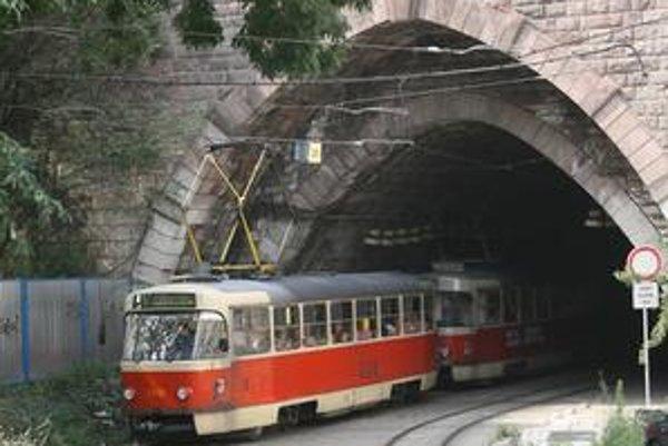Vedenie dopravného podniku tvrdí, že električky zrýchli aj obnovenie tunelu. Pred jeho obnovou jazdili tunelom zníženou rýchlosťou.