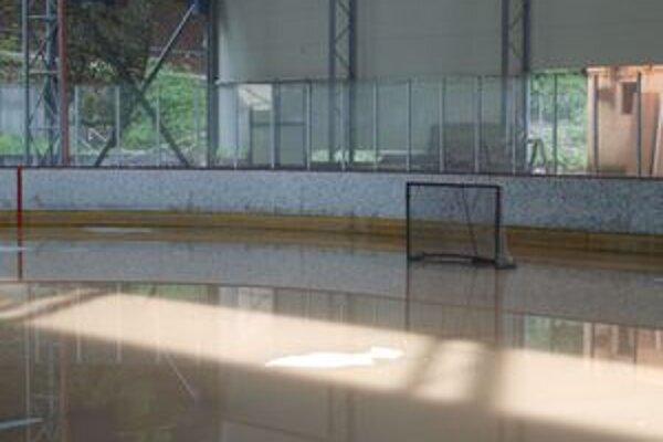 Minulý týždeň sa voda dostala na hraciu plochu a do priestorov takzvanej starej sociálnej budovy, kde sú šatne a sprchy.