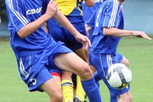Hráči Čunova (v modrých dresoch) hrajú v 23. kole III. futbalovej ligy proti ŠKP Dúbravka o všetko.
