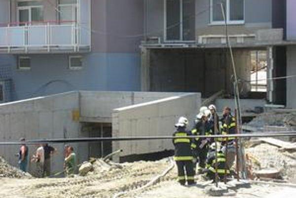 Podľa obyvateľov z okolia mohol únik plynu súvisieť s neďalekou stavbou podzemných garáží.