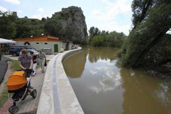 Vyliata rieka Morava, ktorá sa dostala k protipovodňovej hrádzi pod hradom Devín.
