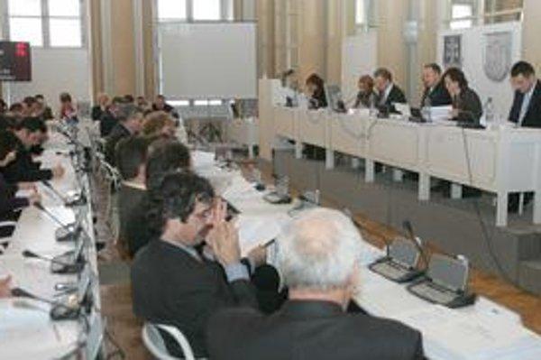 V mestskom zastupiteľstve bude po novom namiesto dnešných 80 poslancov len 45.