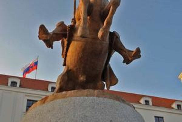Autorom Svätoplukovej sochy je Ján Kulich, na hrade ju odhaľovali v nedeľu.