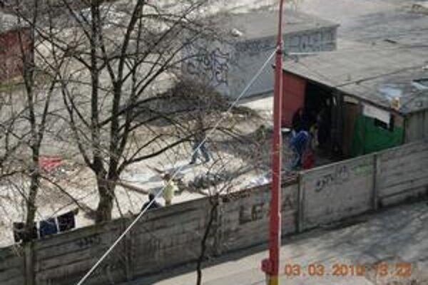 Bezdomovci urobili v areáli stanice smetisko, ľuďom prekáža, že stále niečo pália a dym im ide do bytov.