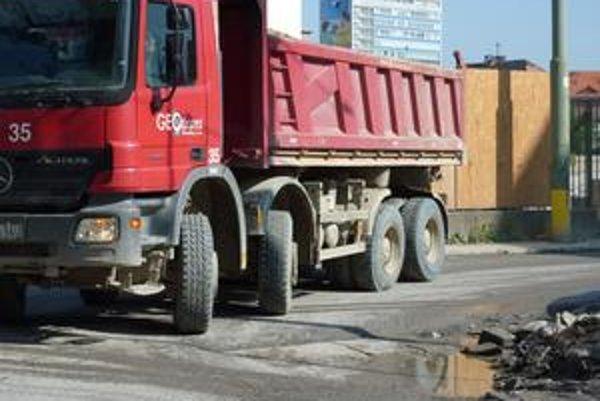 Problémy obyvateľom z okolia výstavby nového Centrálu spôsobujú nákladné autá. Za jeden deň napočítali okolo 400 otočení.