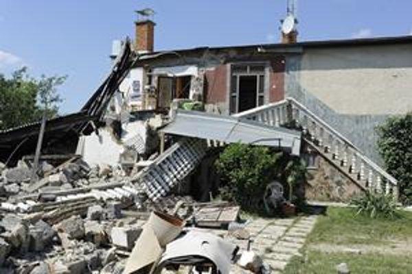Povodeň a následne veľké zosuvy pôdy v Nižnej Myšli zničili domy obyvateľov.