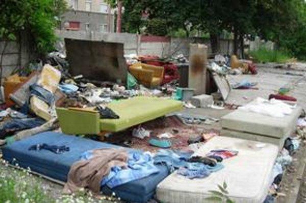 V areáli železničnej stanice Filiálka zostalo po odstránení garáží, ktoré niekoľko mesiacov slúžili ako ubytovanie pre skupinu asociálov, smetisko.