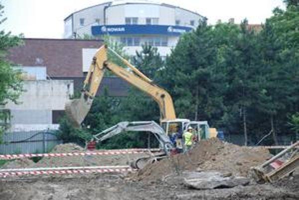 Investor požiadal stavebný úrad Starého Mesta o lehotu na dokončenie nevyhnutných prác navýstavbu polyfunkčného domu v parku na Belopotockého.