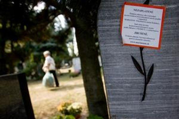 Nálepky na hrobových miestach upozorňujú neplatičov na povinnosť zaplatiť. Inak hrob zrušia.