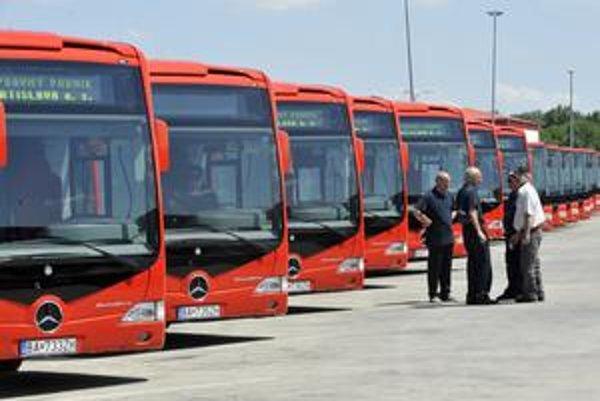 Mesto kúpilo 40 autobusov od českého výrobcu SOR Libavy a deväť autobusov Mercedes-Capacity.