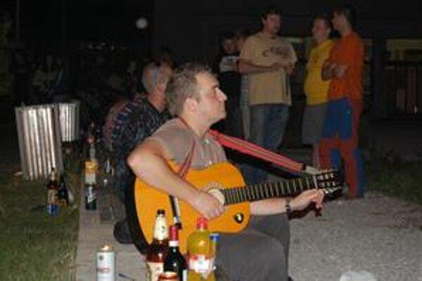 Mladí inžinieri oslavovali. Na námestí pred Mladou Gardou si zahrali na gitare, s príchodom tmy vyhodili okrem chladničiek a televízorov aj stoly a stoličky. Polícia nezasahovala.