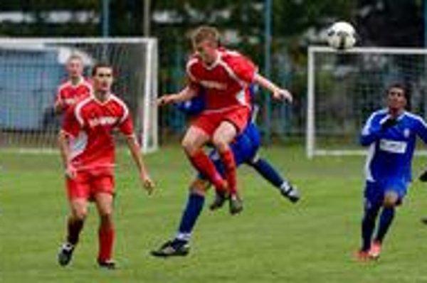 Hráči Trnávky (v červených dresoch) skončili v uplynulom ročníku III. futbalovej ligy po slabých výkonoch v závere súťaže na ôsmej priečke.