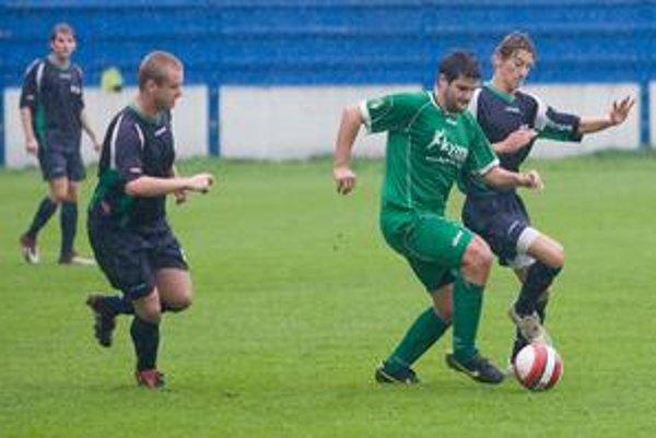 Hráči ŠKP Dúbravka (v modrých dresoch) v posledných šiestich zápasoch uplynulého ročníka III. futbalovej ligy neprehrali a zachránili súťaž i pre ďalší ročník.