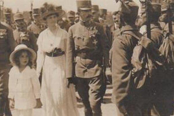Kráľovská návšteva v Bratislave. Na snímke  panovnícka rodina – Karol, Zita a princezná Adelaide.