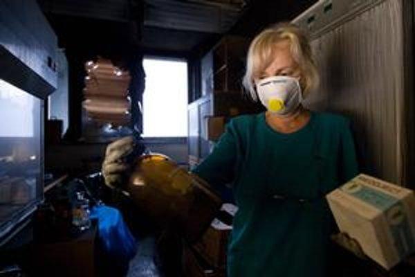 Steny laboratórií museli po požiari zbúrať, zadymené miestnosti a zariadenie čistia v rúškach.