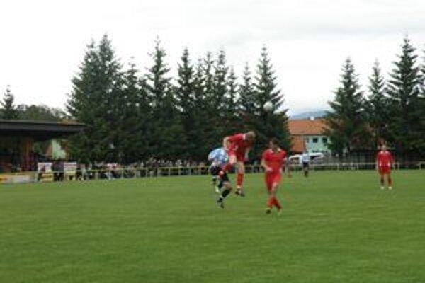 Derby zápas domáci otočili. Atraktívny duel ponúkol množstvo súbojov.