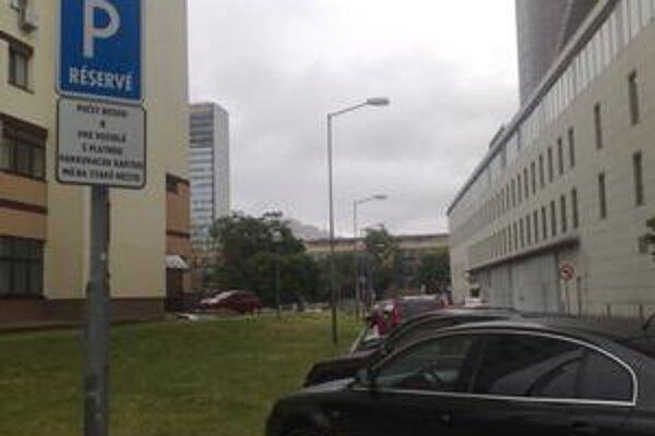 Nové značenie od piatka vymedzuje prvú parkovaciu oblasť, ktorú zaviedlo Staré Mesto.