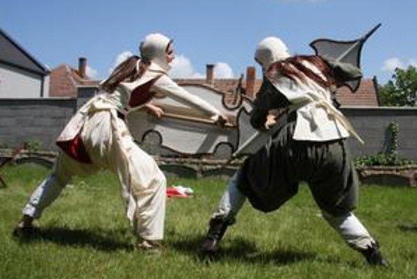 V predstavení Božie súdy Tovarišstva starých bojových umení a remesiel nebojujú len muži, ale aj ženy.