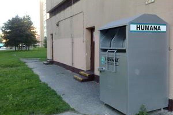Jeden zo zberných kontajnerov na šaty je na konci Dúbravky neďaleko ulice Pri kríži.