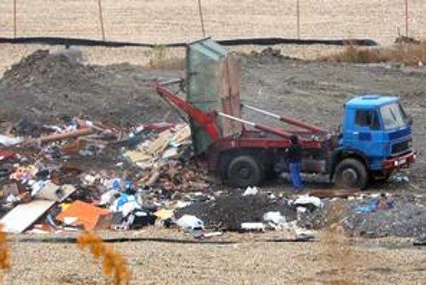 Na pezinskú skládku neďaleko centra mesta denne prúdili smetiarske autá. Vŕšili tam tony odpadu.