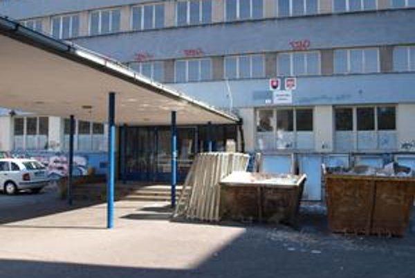 Výmena okien na ZŠ Borodáčova začiatkom augusta. Ružinovská samospráva chce pokračovať aj v zateplení všetkých školských objektov ešte v tomto roku. Mestská časť si vzala na výmenu okien a zateplenie školských budov úver šesť miliónov eur.