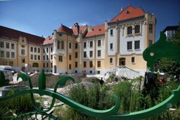 Secesná budova od budapeštianskeho architekta Edmunda Lechnera, dostavaná v roku 1908, nadobúda pôvodný vzhľad. Modrý kostolík, stojaci vedľa budovy školy pôvodne slúžil ako gymnaziálna kaplnka.