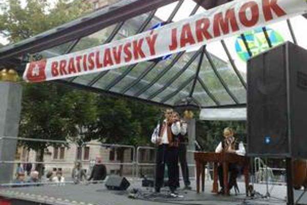 Ľudová hudba Jána Stupku na Bratislavskom jarmoku.