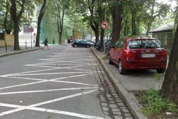 Parkovanie cez deň na Sasinkovej ulici, kde kedysi stálo jedno auto za druhým.