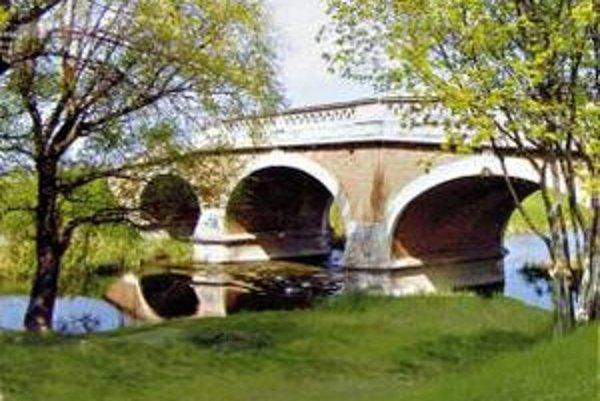 Jednou z mála technických pamiatok v seneckom okrese je kamenný most v Kráľovej pri Senci. Všimnúť si ho môžete napríklad aj ako kulisu vo filmoch.