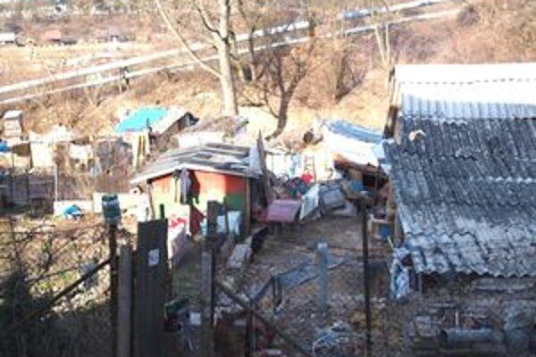 Výhľad z okna spoločnosti Magic Design. Prvé chatrče osady sú od nej vzdialené sotva tri metre.