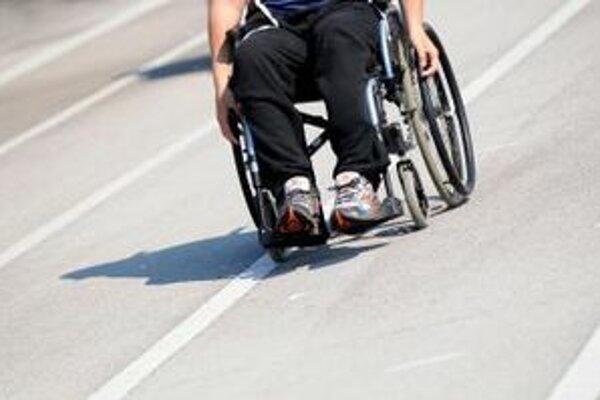Pre vozičkárov je ideálna úplne rovná plocha. Aj dvojcentimetrová bariéra už môže byť problém.