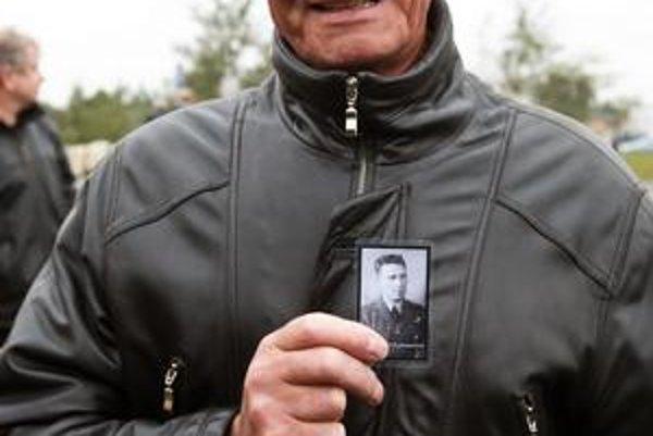 Synovec člena posádky – leteckého ostrelovača Roberta Johnsona, Alan Johnson, ukazuje fotografiu svojho strýka Roberta Johnsona počas pietnej spomienky.